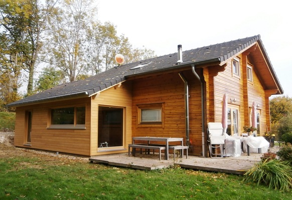 Maison madrier madrier contrecoll maison with maison for Extension chalet bois